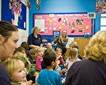 開學之際,許多家長出於多種原因會考慮去見孩子的老師。如何與老師進行積極和有效的溝通,是家長們在見老師之前需要打算好的。(Timothy Hiatt/Getty Images)
