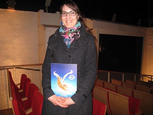 商業助理Amélie André對神韻所展現的中國傳統文化非常感興趣。(張妮/大紀元)