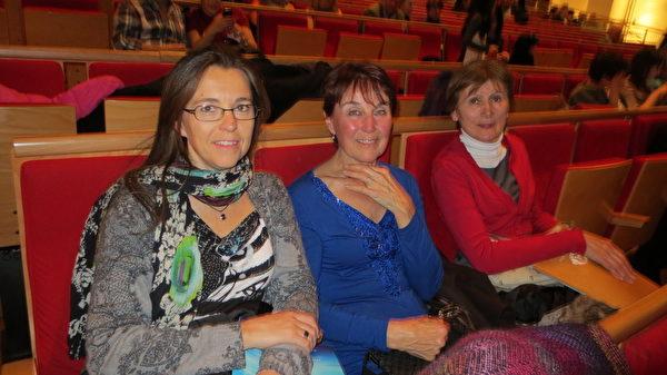 同是现代舞蹈演员和教师的Ninon Amedro 和 Sylvi母女、姥姥一同前来观看神韵演出(德龙/大纪元)