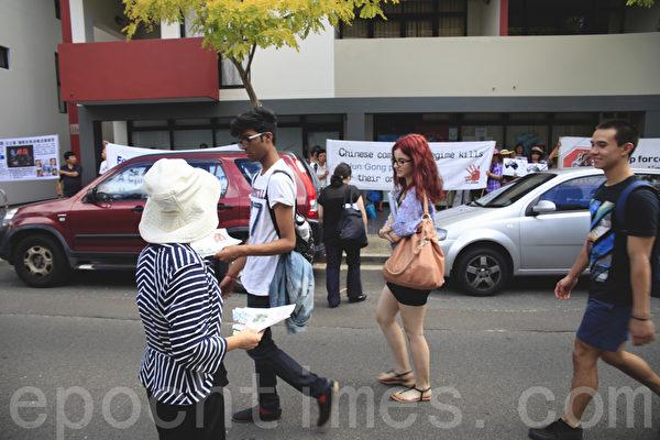 3月11日上午,在澳洲悉尼中领馆前,举办了揭露中共干扰神韵在悉尼演出的新闻发布会,希望中共能够认清事实,切勿在澳洲这个民主自由的国度再次侵犯人权。图为接受真相资料的澳洲人。(袁丽/大纪元)