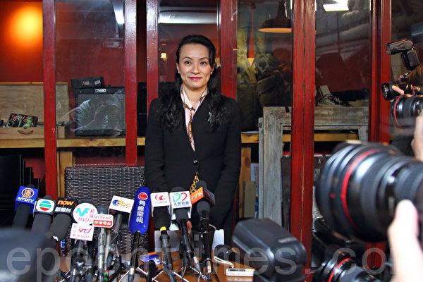 前威普顾问公司亚洲区总监伍珮莹召开记者会,详细交代被公司解雇始末。(潘在殊/大纪元)