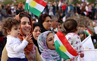观看埃尔比勒节庆典的库尔德民众。今年3月11日,是库尔德人反抗前独裁统治者萨达姆23周年纪念日。(SAFIN HAMED/AFP)