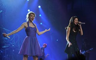 2011年11月22日,泰勒•斯威夫特(左)巡回演唱会纽约场,赛琳娜•戈麦斯作为嘉宾同台演唱。(Larry Busacca/Getty Images)