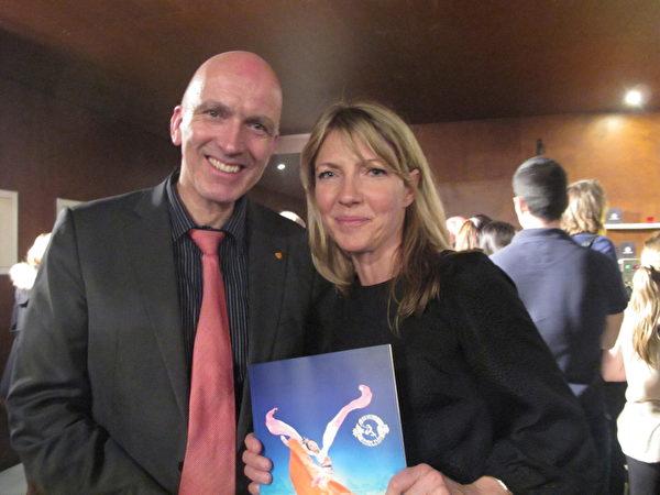 日內瓦州議員Mark Falquet先生和女朋友Anja一起觀看了神韻演出。演出所帶給他的「高層次信息」,深深的打動了他的心。(麥蕾/大紀元)