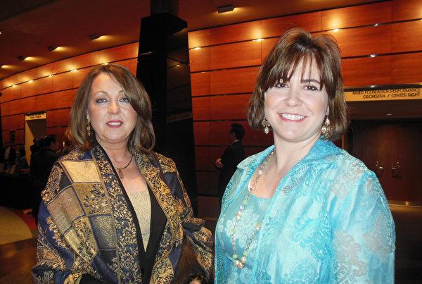 西維吉尼亞州政府退伍軍人部的部門行政長官( Chief Administrator) Stacy Brown女士(右)驚嘆,神韻令她的心靈在這裡停留,彷彿置身於另一個世界。西弗吉尼亞州政府財務行政官員Cheryl Austin女士(左)表示,神韻充滿正能量,她從中感受到神的慈悲。(李辰/大紀元)