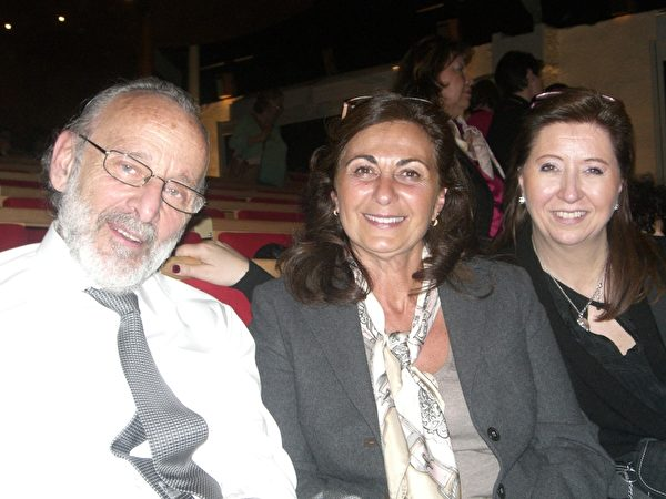 2014年3月13日汽車製造業老闆Claude Nahum和太太Sylvie Nahum和朋友Sylviane一起來觀賞美國神韻世界藝術團在日內瓦BFM劇院的第三場演出。(王泓/大紀元)