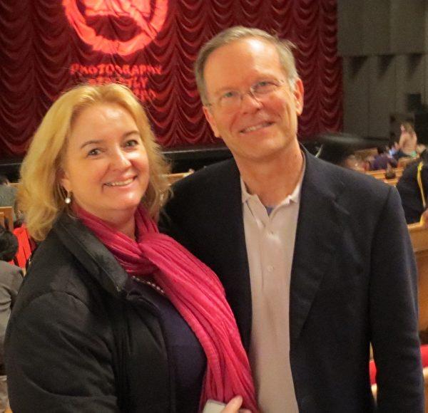 音樂家夫婦Paul Hess先生和太太Sophie Ellen Franck慕名前來日內瓦BFM劇院觀看神韻演出。(德龍/大紀元)