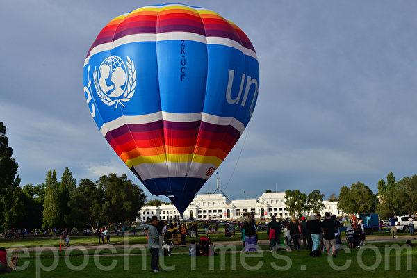 培拉热气球嘉年华8至16日在坎培拉老国会大夏前的草坪上举办,尤恩‧罗伯茨是该热气球的掌舵人。(摄影:简玬/大纪元)