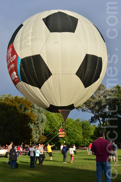 游人排队等待登上热气球(摄影:简玬/大纪元)