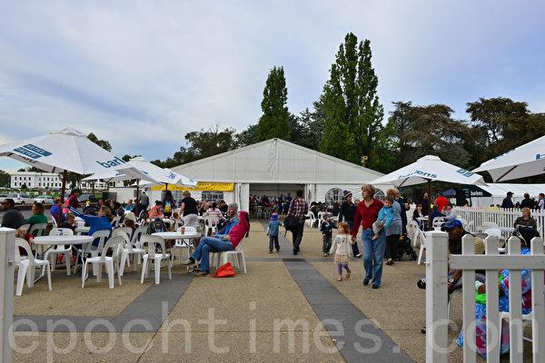 在老国会大夏附近还有各式娱乐活动以及音乐演唱,贴心的早餐给游人带来了方便。(摄影:简玬/大纪元)
