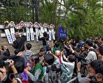 禮賓府開放日,有示威人士帶小型花牌和輓聯被拒進入,其後放在禮賓府圍牆上,給參觀的市民看。(潘在殊/大紀元)