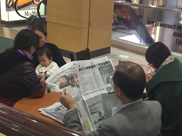 近期经历一些对香港媒体灭声的恐怖血腥事件后,香港人更理解和佩服大纪元12年来在香港无惧打压、讲真话、撑香港核心价值的精神。图为香港读者看3月18日的大纪元时报。(大纪元资料图片)