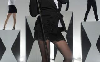 MV中陶子用创意剪纸当头饰,造型千变万化。(索尼音乐提供)
