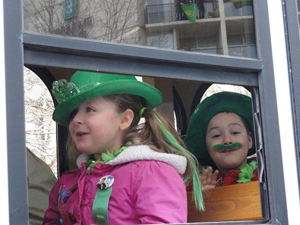 戴著傳統的聖帕翠克日綠色帽子,染綠頭髮,戴綠鬍子、綠花環的孩子。(司瑞/大紀元)