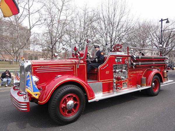許多費城愛爾蘭人家庭好幾代人都參加做義務消防員。這是他們用過的老式消防車。(司瑞/大紀元)