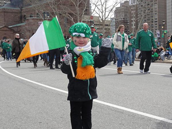 手拿愛爾蘭國旗、穿著節日盛裝的孩子(司瑞/大紀元)