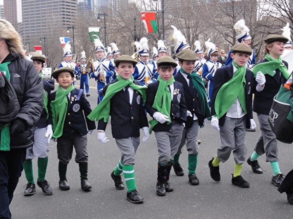 遊行隊伍裡身穿傳統愛爾蘭正式服裝的男孩子們(司瑞/大紀元)
