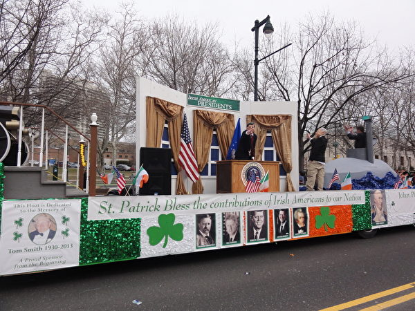 這輛花車紀念5位美國歷史上的愛爾蘭裔總統。演員正在表演肯尼迪總統(司瑞/大紀元)