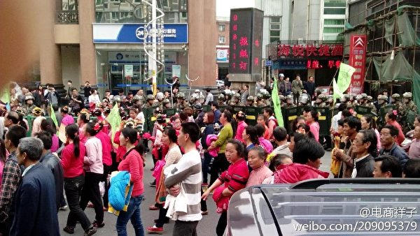 18日,再有村民被抓,蟳埔村上千村民在豐澤區區政府門前聚集、抗議,之後進行大規模遊行示威活動,抗議徵地款被侵吞及當局無故抓捕村民。(村民提供)