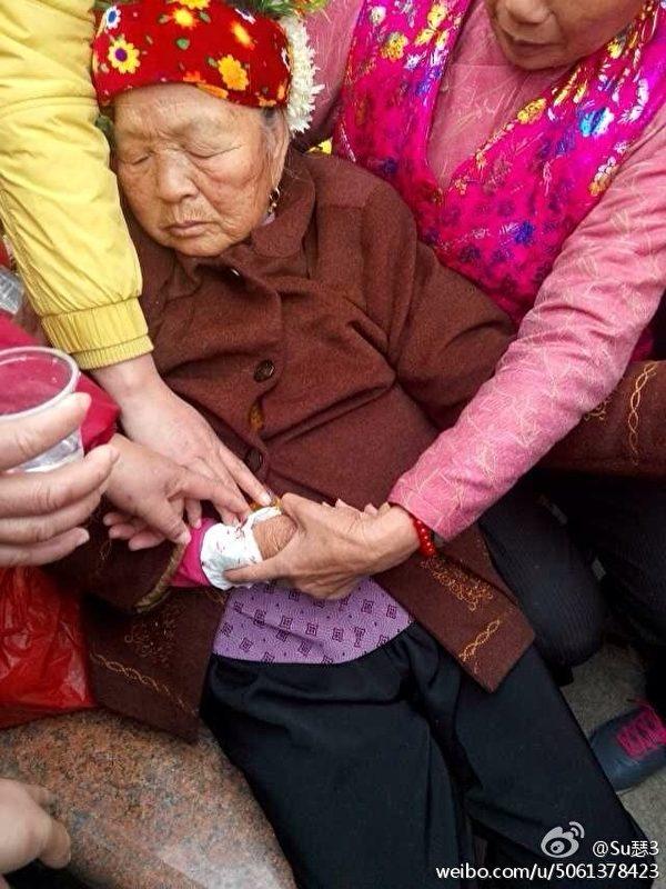 18日,再有村民被抓,蟳埔村上千村民在豐澤區區政府門前聚集、抗議,之後進行大規模遊行示威活動,抗議徵地款被侵吞及當局無故抓捕村民。圖為耄耋之年的老人遊行途中暈倒。(村民提供)
