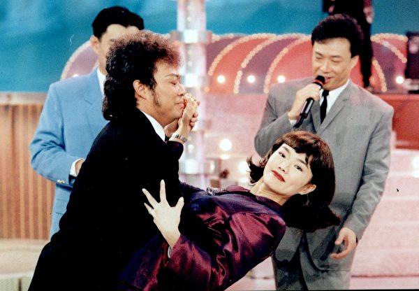 謝金燕與張菲跳交際舞的有趣畫面。圖左起:張菲、謝金燕、費玉清。(華視提供)
