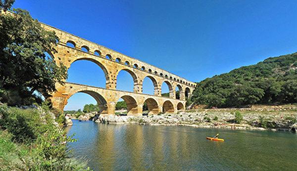 嘉德水道桥(Pont du Gard)横跨风景如画的加尔东河。(官网pontdugard.com的截图)