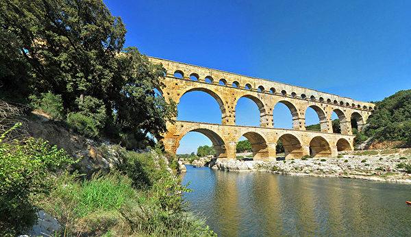嘉德水道橋之所以能在中世紀保持基本完好,是因為它作為一座收費的橋樑使用。(官網 pontdugard.com截圖)