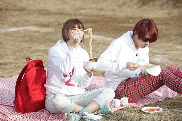 郭雪芙与金希澈在草地上吃泡面约会照。(FOX提供)