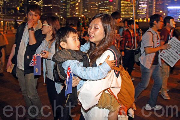 前港督彭定康重临香港,3月20日下午到中环海博物馆出席展览开幕礼,不少市民到场欢迎。(潘在殊/大纪元)