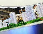 """大陆财经评论家牛刀曾预测,2014年2月开始人民币将下跌,且房地产将是首当其冲受影响的行业。此前2月8日,中共党媒罕见刊文""""专家称中国房地产泡沫崩溃时间就在今明二年""""。图为北京楼盘模型。 (Photo by Feng Li/Getty Images)"""