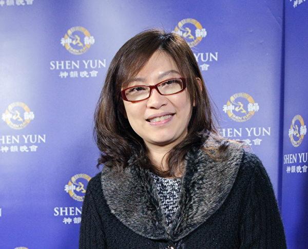 长笛家黄贞瑛3月21日观赏神韵国际艺术团在桃园展演中心的演出。(李贤珍/大纪元)