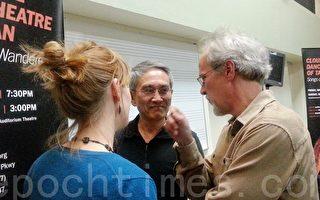 哥伦比亚学院舞蹈中心行政总监雷诺斯Phil Reynolds(右一)与云门舞集创办人林怀民(中)热情交谈(霍斯琦/大纪元)