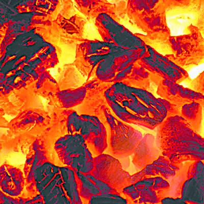 烧制龙眼木炭。(图:老爷两提供)