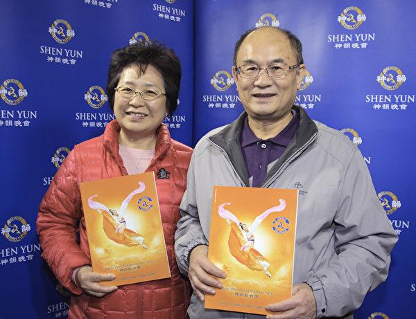 桃园市长苏嘉明及其夫人3月22日晚上观赏神韵国际艺术团在桃园展演中心的演出。(罗正恒/大纪元)