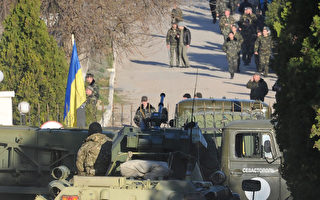 R俄军在装甲车的带领下夺占了克里米亚的贝尔贝克(Belbek )空军基地,至少有1人在攻击中受伤。(VIKTOR DRACHEV / AFP)