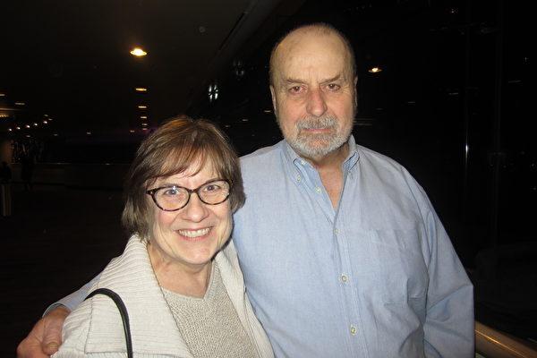 "Bill Dozier先生是Good Will服务公司的一名运行经理。他和自己的朋友Pam Nolburn女士一同观看了神韵艺术团的演出后表示:"" 我爱神韵!""(王琼/大纪元)"