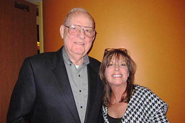 Bill Bittter和夫人及女儿一同观看了神韵演出后表示,看了35年表演,也没看到神韵这样的演出。我为神韵完美的演出表示祝贺。(Valerie Avore/大纪元)