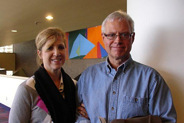 Diana Viller太太和丈夫Vince Viller先生观看神韵演出(婉莹/大纪元)