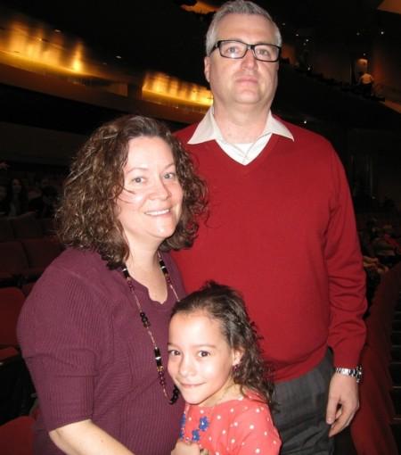 Thomas Ash先生在当地一家医疗服务机构担任技术经理,他的太太Sonya Ash则是一家医疗保险公司的项目经理,他们带着女儿Sadie一同观看了演出。(大纪元)