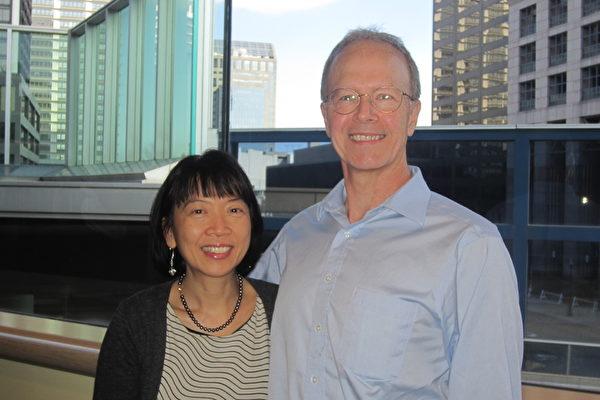 Vic Gettler先生和妻子Lin Do女士一同观看神韵演出。(王琼/大纪元)