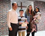 排灣族女童以愛(右)4年前為美籍家庭收養,得知3月間要回台灣,和10歲哥哥安卓 (左2)在學校發起募款,募得上千美元,日前回台捐給弱勢兒童。(一粒麥子基金會提供)