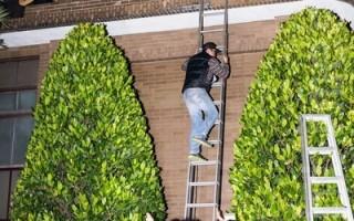 反服贸团体23日晚间闯入行政院,以铁梯、打破行政院建筑物的玻璃爬窗进入,行政院目前仍在清查被破坏的公物、个人财物等损失。(陈柏州 /大纪元)