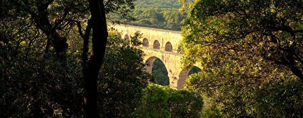 嘉德水道橋景區的優美環境,展現了自然與人文結合的豐富景致。(官網pontdugard.com)