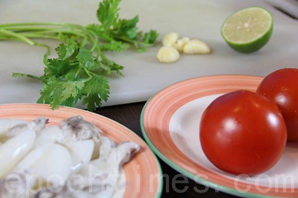 小花枝baby squid / 蕃茄tamoto / 香菜cilantro / 柠檬lemon / 蒜头garlic(摄影:ALEX/大纪元)