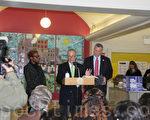 聯邦參議員舒默(左二)與市長白思豪(左一)3月23日宣布了桑迪颶風恢復的一大步,幫助這些安裝臨時鍋爐的居民。(王依瀾/大紀元)