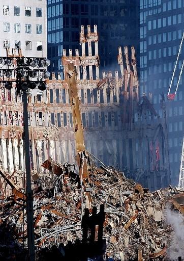 2001年9月26日纽约世贸中心废墟。搜索和救援工作在继续(AFP Eric FEFERBERG)