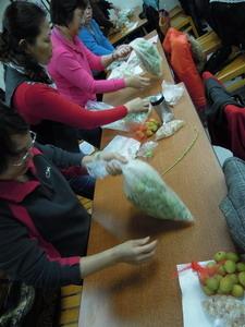 婆婆媽媽一起動手做脆梅。(農糧署東區分署提供)