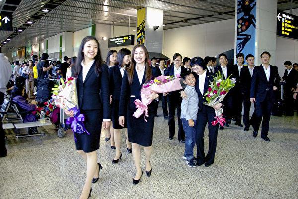 神韵艺术家们在澳洲墨尔本国际机场受到粉丝的热情欢迎。(Win/大纪元)