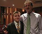 Paul Gelb和兒子觀賞了3月26日晚在新墨西哥州的神韻晚會。(屈婧/大紀元)
