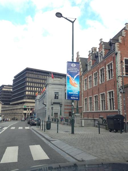 在布魯塞爾市中心廣場上迎風高懸的神韻海報(蕭然/大紀元)